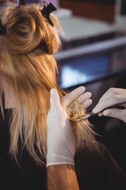 Parrucchiere tintura capelli del suo cliente al salone — Foto stock