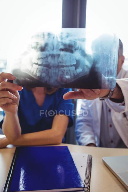 Arzt und Krankenschwester untersuchen Röntgenbild im Krankenhaus — Stockfoto