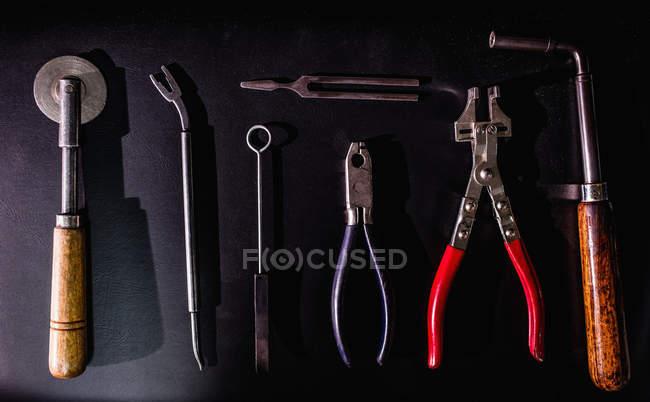 Gros plan sur les outils de réparations piano au banc en atelier — Photo de stock