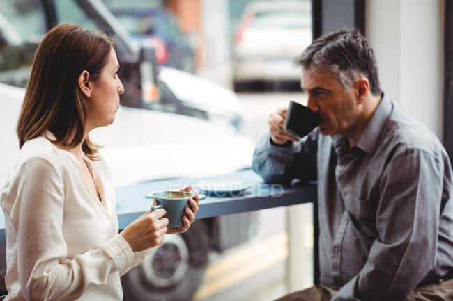 Mann und Frau mit Kaffee in der cafeteria — Stockfoto
