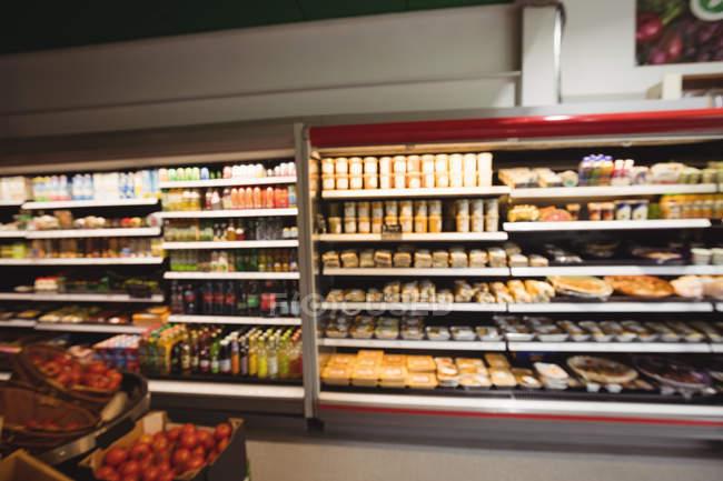 Vista interna della sezione drogheria nel supermercato — Foto stock
