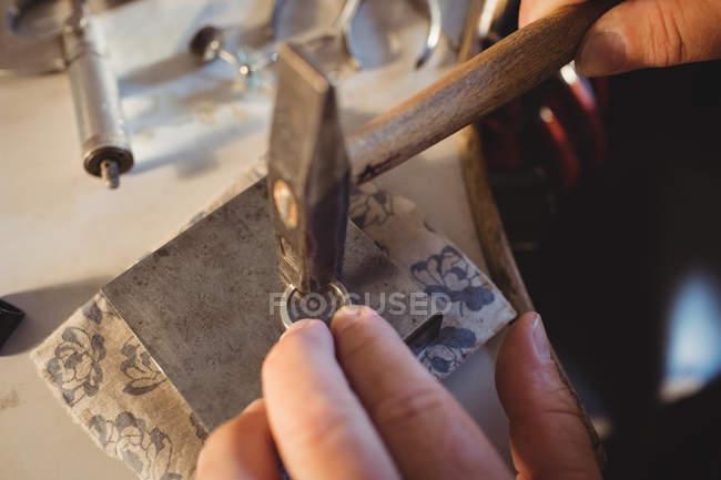 Обрезанный образ Голдсмита, готовящего кольцо в мастерской — стоковое фото