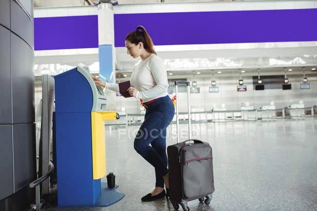 Мандрівник, використання self обслуговування терміналі аеропорту — стокове фото