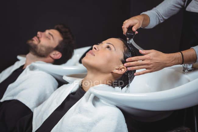 I clienti si lavano i capelli al salone — Foto stock