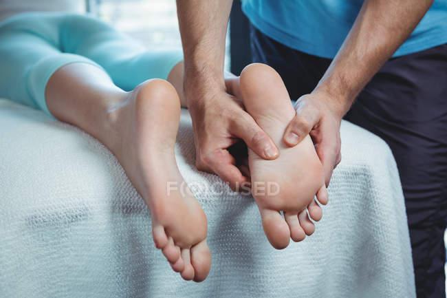 Zugeschnittenes Bild des männlichen Physiotherapeuten geben Fußmassage, Patientin in der Klinik — Stockfoto