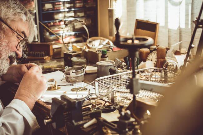 Horologista reparar um relógio na oficina — Fotografia de Stock