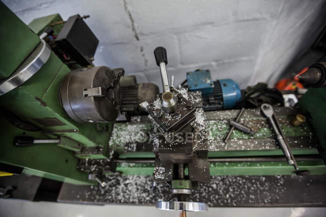Repuestos de coche en un garaje de reparación - foto de stock