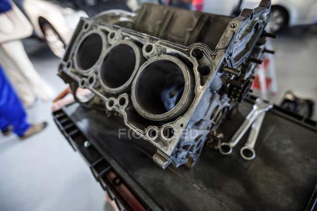 Primo piano del motore dell'auto in officina di riparazione — Foto stock