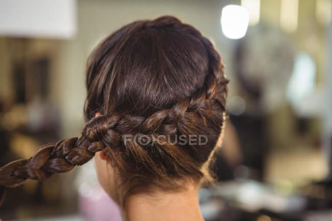 Vista posteriore di donna con acconciatura di spighette a salone — Foto stock
