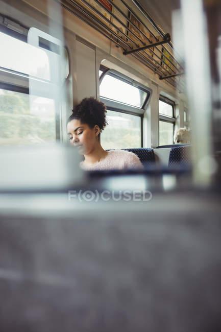 Женщина, Дремлющий сидя в поезде — стоковое фото