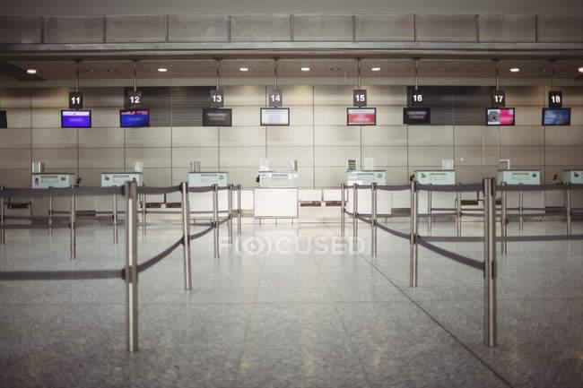 Leerer Check-in-Schalter im Flughafenterminal — Stockfoto
