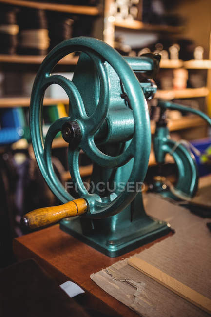 Close-up of vintage sewing machine in workshop — Stock Photo