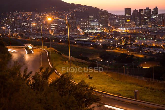 Scena urbana di case illuminate nel paesaggio urbano di notte — Foto stock