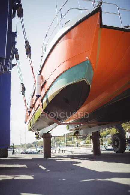 Barco em hidroguincho barco elevador no dia ensolarado — Fotografia de Stock