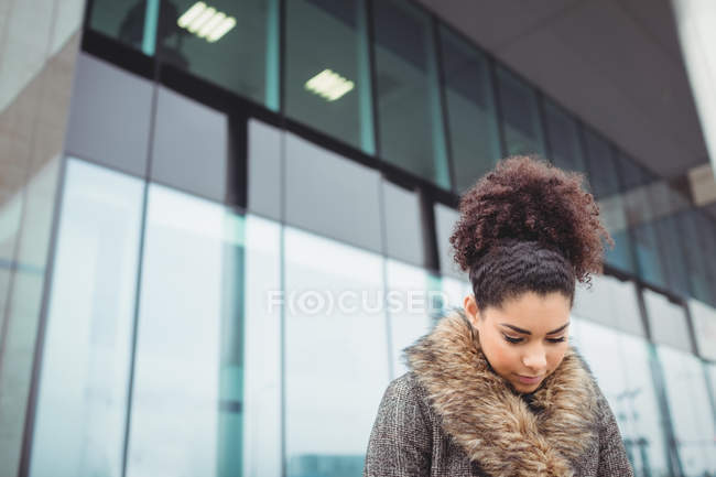 Low angle view of woman against modern building — Stock Photo