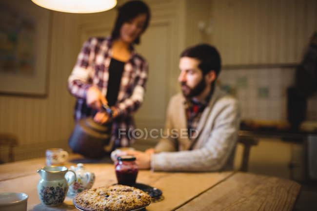 Nahaufnahme von Cookie auf einem Tisch mit einem Paar im Hintergrund zu Hause — Stockfoto