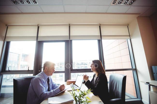 Бизнесмен в дискуссию с коллегой в офисе — стоковое фото