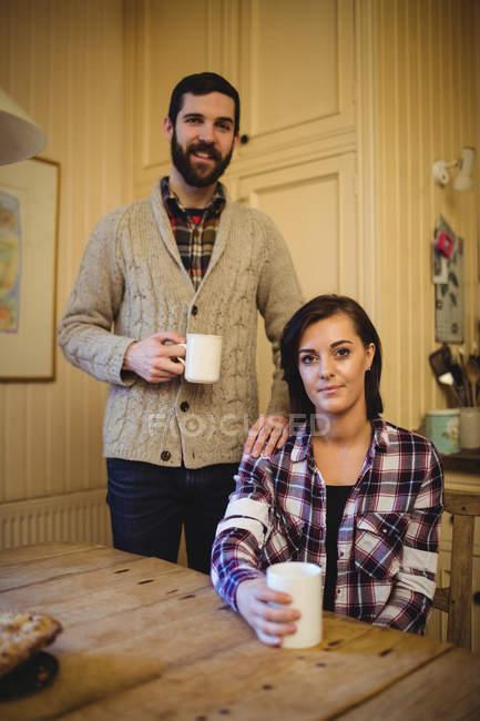 Paar Tassen Kaffee zu Hause halten — Stockfoto