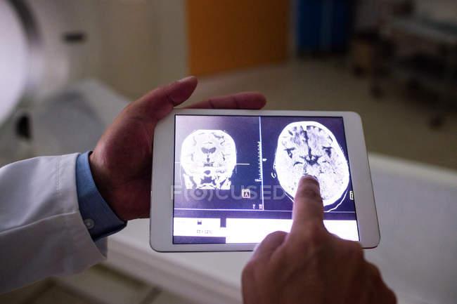 Docteur examen IRM du cerveau sur une tablette numérique à l'hôpital — Photo de stock