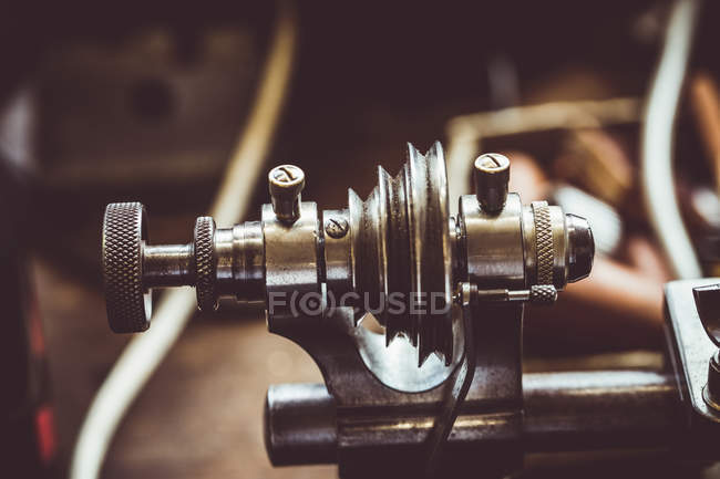 Nahaufnahme des alten uhrmacherische Fräsen Maschinenteil in Werkstatt — Stockfoto