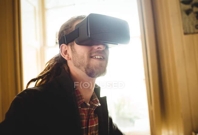Primer plano del hombre utilizando el simulador de realidad virtual en casa - foto de stock