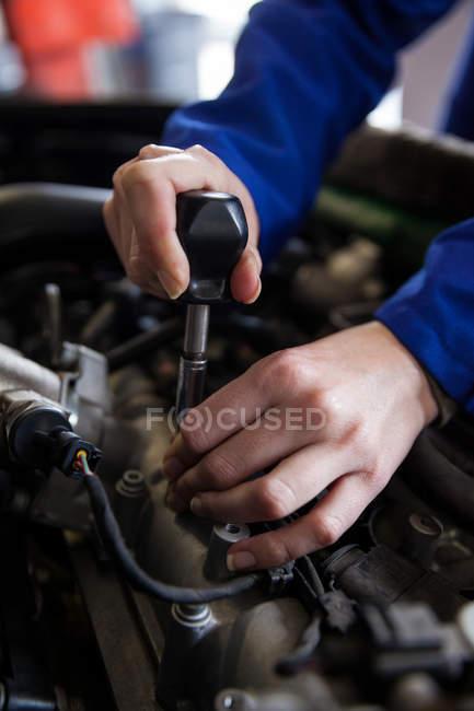Обітнутого зображення механік обслуговування двигуна автомобіля на ремонт гаража — стокове фото