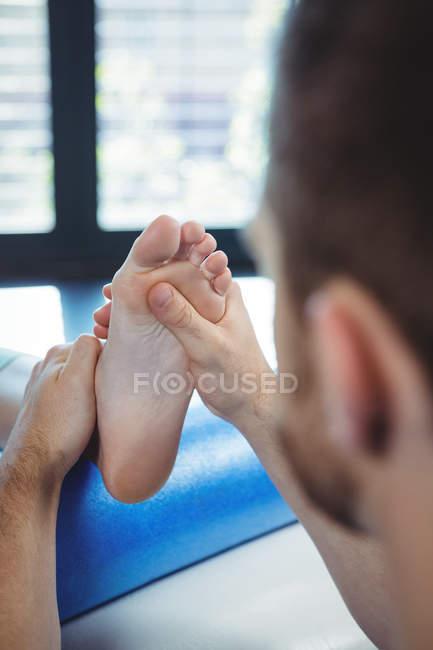 Männliche Physiotherapeuten geben Fußmassage, Patientin in der Klinik — Stockfoto