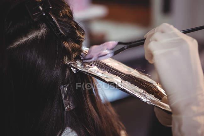 Cabeleireiro tingir o cabelo de seu cliente no salão — Fotografia de Stock