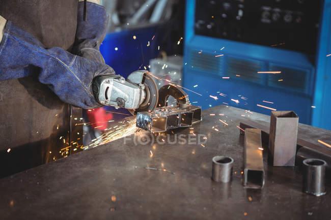 Imagem cortada de soldador de corte de metal com ferramenta elétrica na oficina — Fotografia de Stock