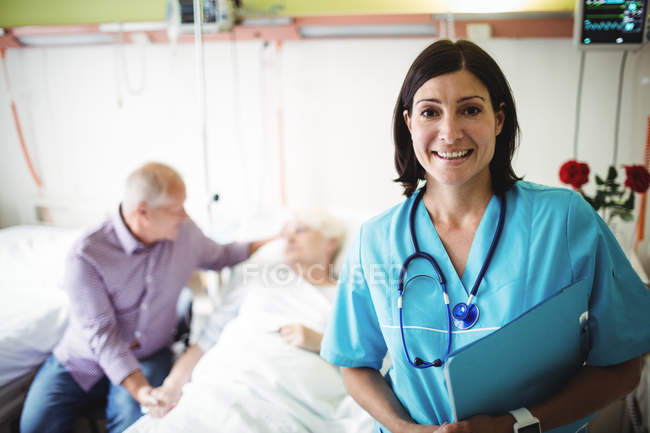 Retrato de enfermeira sorrindo na enfermaria do hospital — Fotografia de Stock