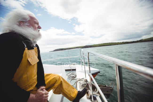 Fischer schaut vom Fischerboot auf das Meer — Stockfoto