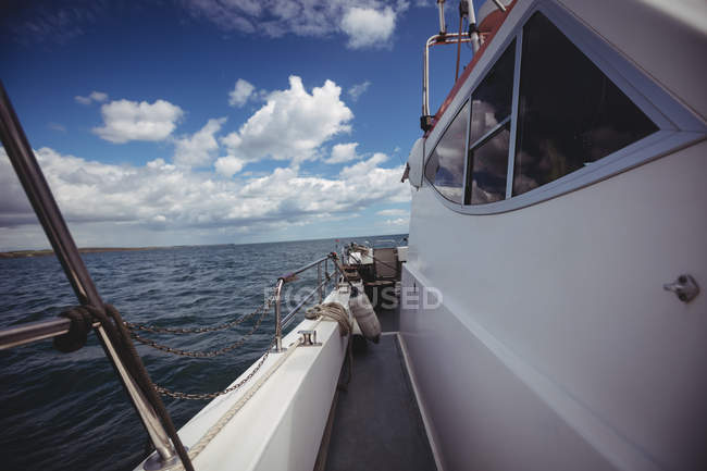 Fishing boat sailing in sea on sunny day — Stock Photo