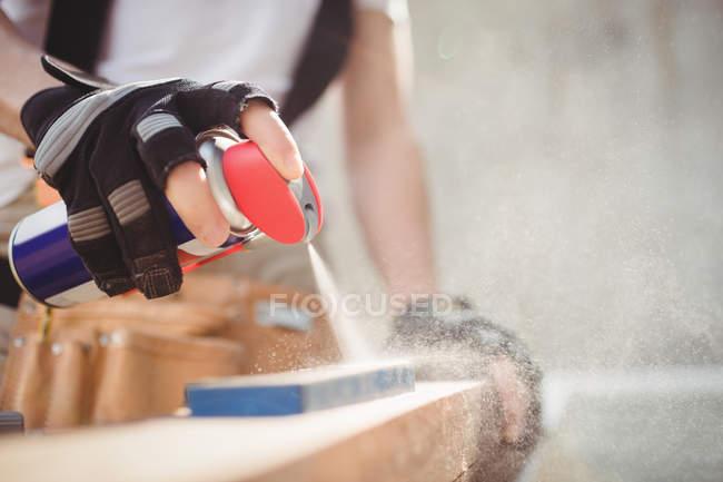 Ausgeschnittenes Bild von Schreiner-Sprühlösung auf Schärfstein — Stockfoto