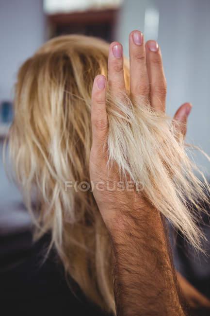 Imagem recortada de cabelo estilista cabelo mulher no salão de beleza — Fotografia de Stock