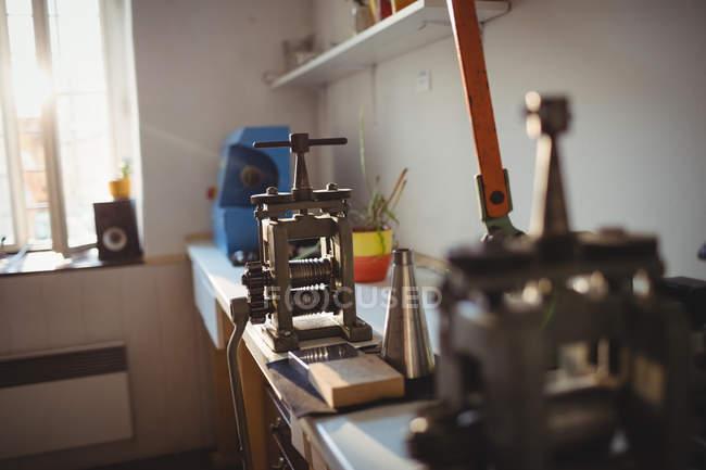 Nahaufnahme der Hand Walzwerk in Werkstatt — Stockfoto