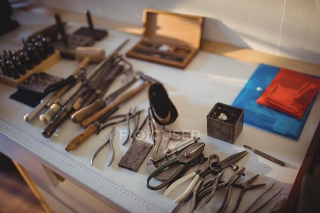 Голдсміт роботи інструменти на workbench в майстерні — стокове фото