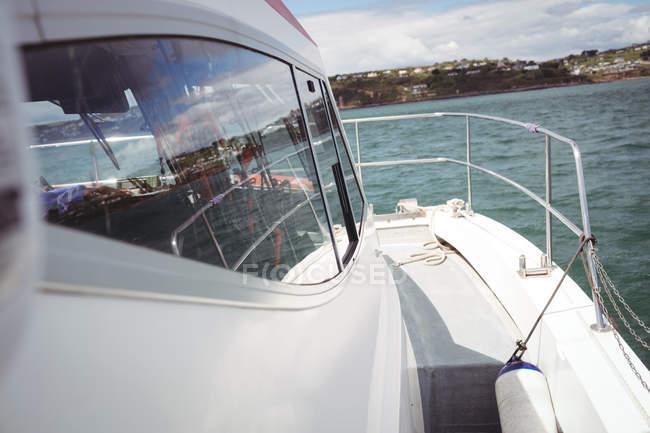 Ponte laterale vuoto della barca da pesca bianca — Foto stock