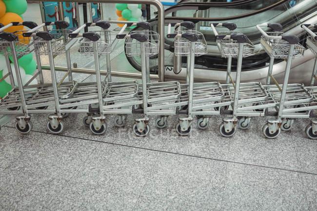 Carrelli tenuti in fila nel terminal dell'aeroporto — Foto stock
