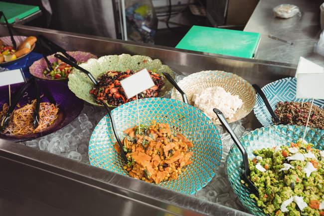 Приготовленную пищу на пластины на прилавке в супермаркете — стоковое фото