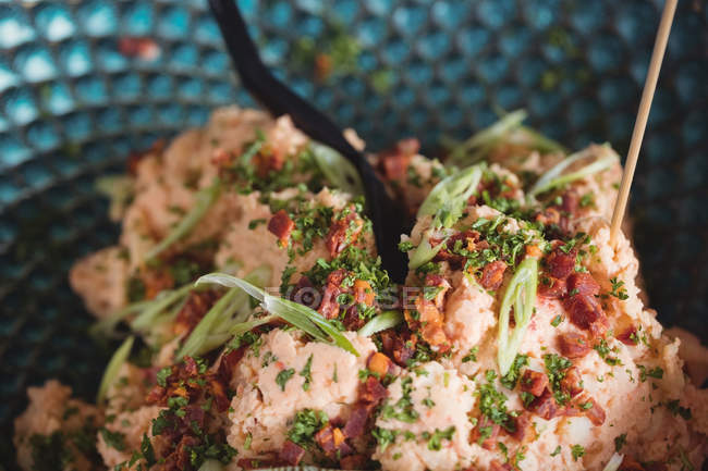 Nahaufnahme von gekochtem Essen auf Teller im Supermarkt — Stockfoto