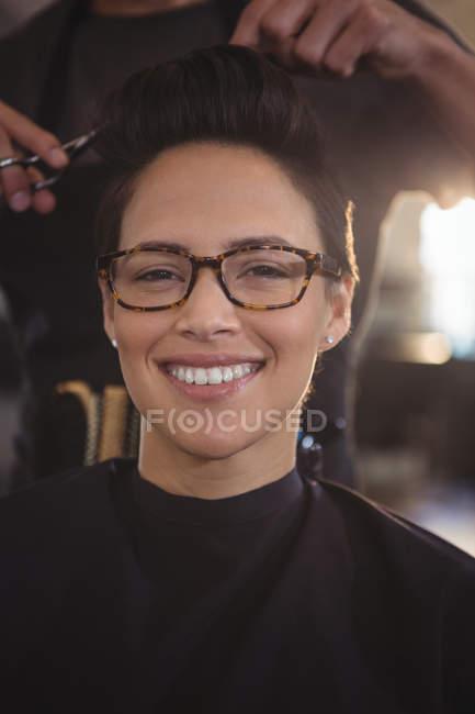 Mulher recebendo seu cabelo aparado no salão — Fotografia de Stock