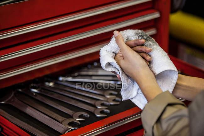Обітнутого зображення механік витираючи руку з хустку на ремонт гаража — стокове фото