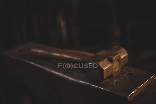 Закри Ковальський молоток, лежачи на ковадлі — стокове фото