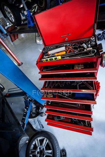 Werkzeugkiste in der Werkstatt — Stockfoto