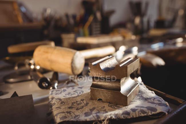Крупний план роботи інструменти на лавці в майстерні — стокове фото