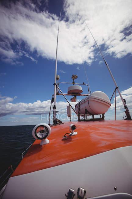 Barca da pesca in mare nella giornata di sole — Foto stock