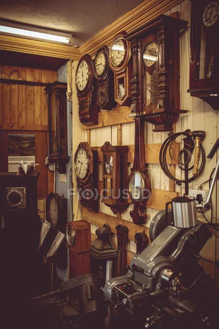 Relojes para reparación colgando de la pared - foto de stock