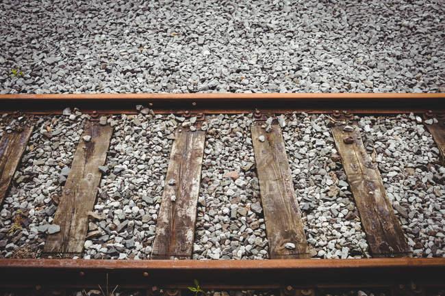 Высокий угол обзора железнодорожной трассы в солнечный день — стоковое фото