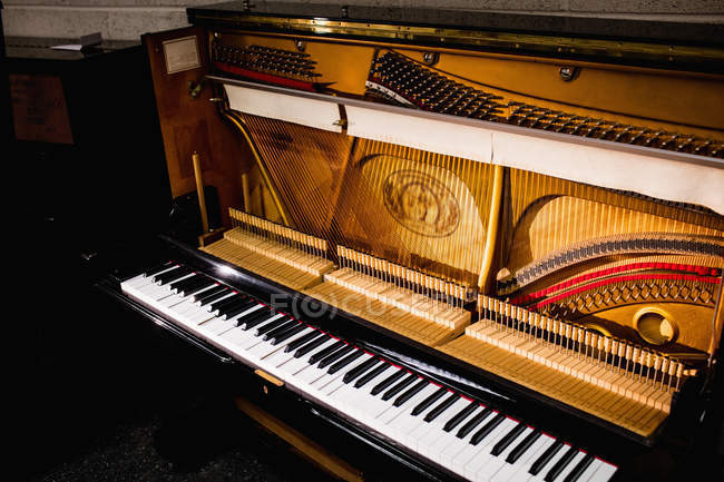 Vintage-Holzklavier mit klassischer Tastatur in der Antiquitätenwerkstatt — Stockfoto