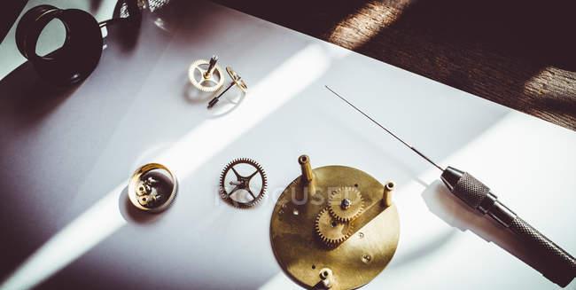 Старые часы разобраны для ремонта в мастерской — стоковое фото